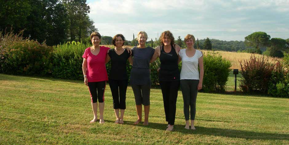 5 Pilates guests outside in Tuscany
