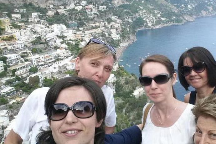 Painting guest in Amalfi making a selfie with tutor and other guests.
