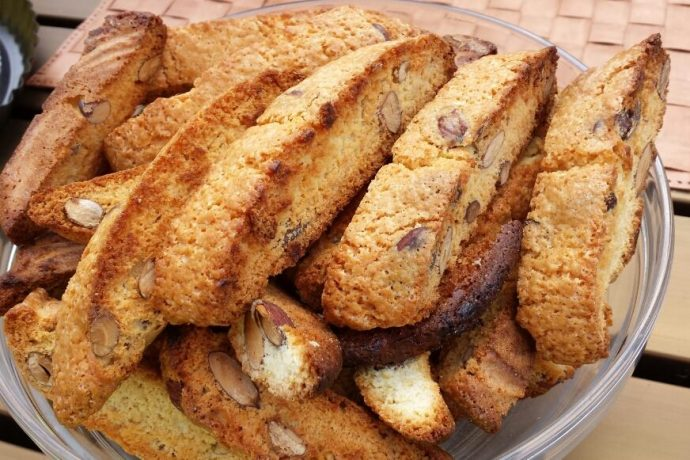 Plate of cantuccini biscuits